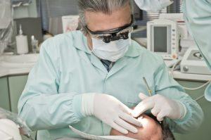 zahnarzt entfernt zahnstein